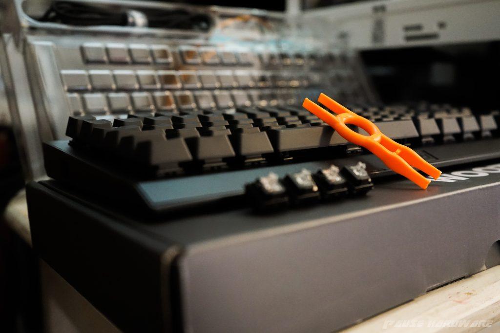 wooting one avec quatres touches détachées et l'outil posé